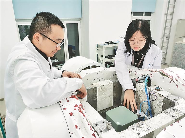 哈尔滨哈船导航技术有限公司研发人员对民用光纤陀螺罗经进行性能测试。资料片