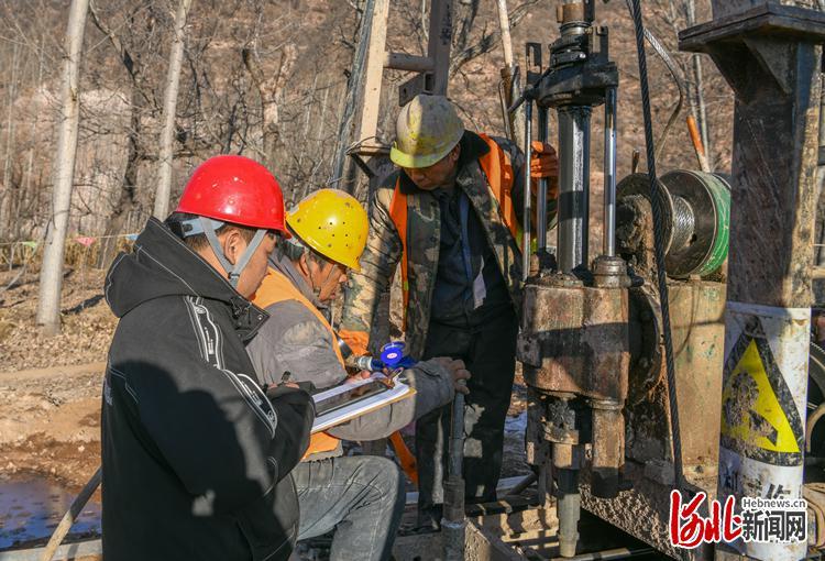 图为河北省地矿局水勘院技术人员在进行涉县茅岭底水库工程井下压水试验。