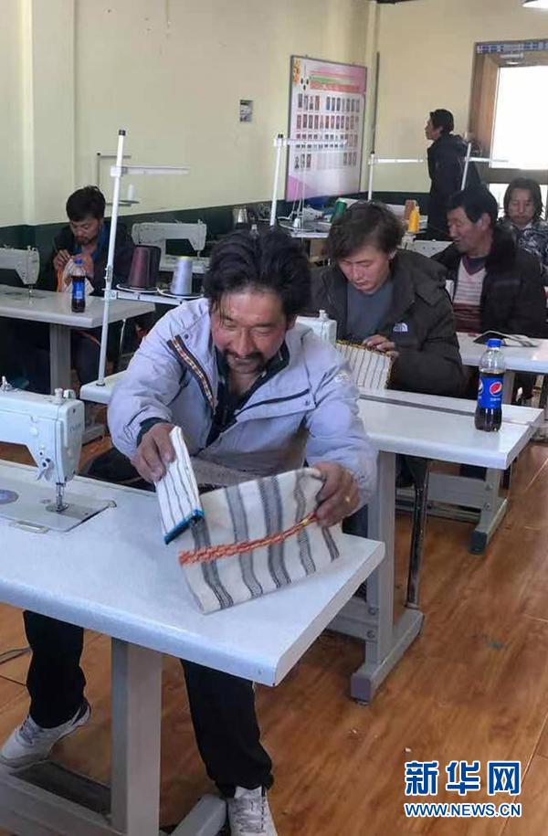 在青海省果洛藏族自治州玛沁县的扶贫产业孵化园内,赞根村村民在制作手工艺品(2020年11月9日摄)。新华社发