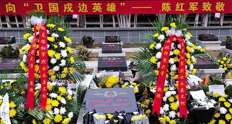 烈士墓碑被鲜花簇拥