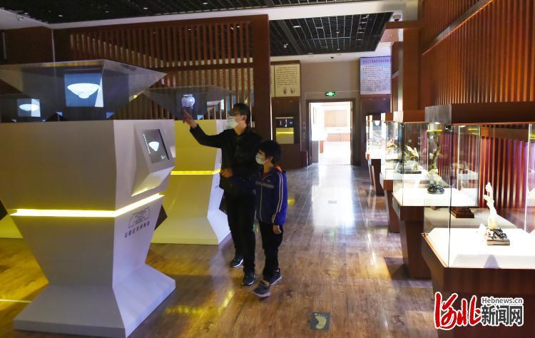 2021年2月22日,市民在石家庄市博物馆全息文物数字展厅参观。河北日报记者史晟全摄影报道