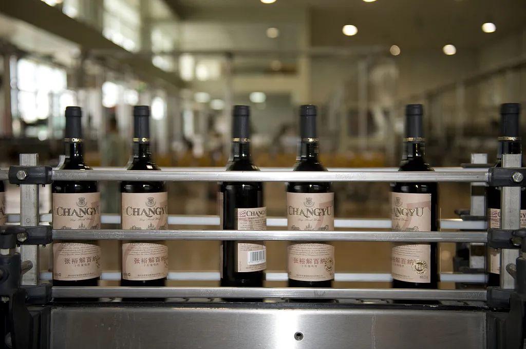 今天的张裕葡萄酒生产线