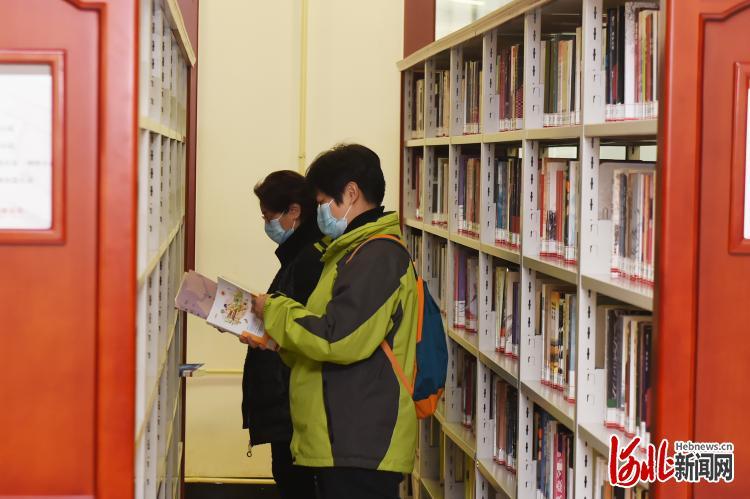 2021年2月22日,市民在石家庄图书馆阅读书籍。河北日报记者史晟全摄影报道