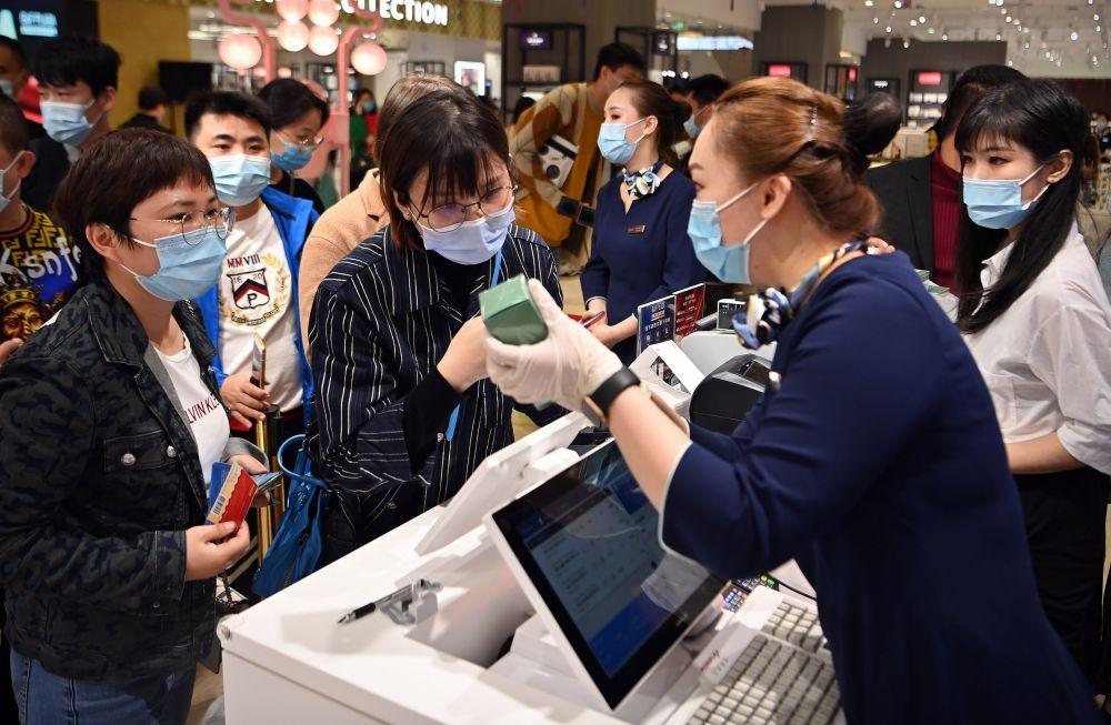 1月31日,顾客在海控全球精品(海口)免税城排队买单。记者郭程摄