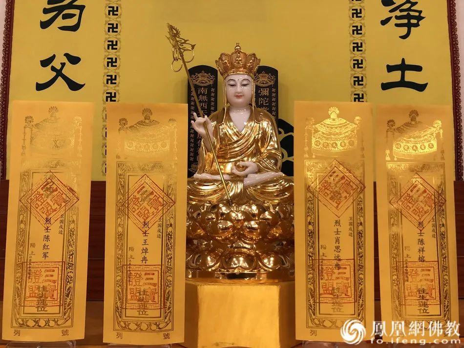 佛前供奉(图片来源:凤凰网佛教)