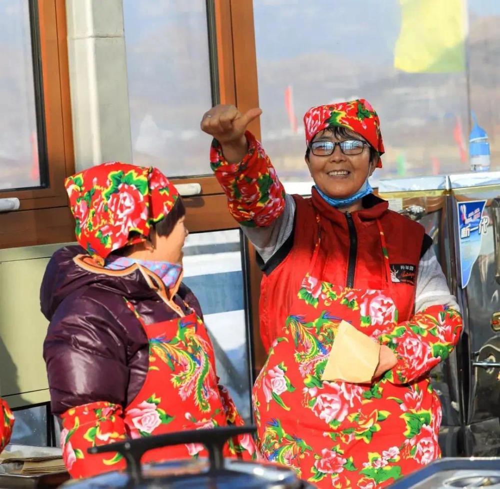 保定市易县狼牙山滑雪场推出美食体验项目,周边村民正在滑雪场内售卖乡村美食