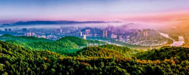 (醴陵市区基本被丘陵环绕,湘江支流渌水穿城而过。王界明 摄)