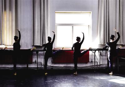郑州歌舞剧院的演员在排练厅内练功 新华社发