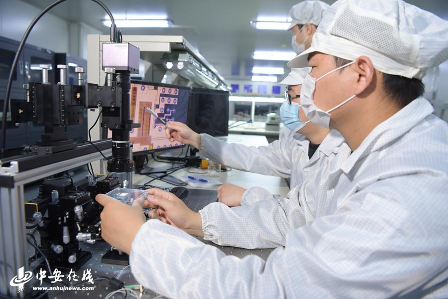 实验室内技术人员对芯片进行放大观察。