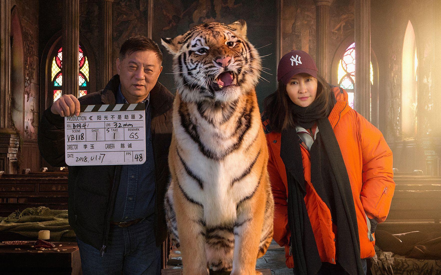 """方励和导演李玉与《阳光劫匪》中的""""老虎"""""""