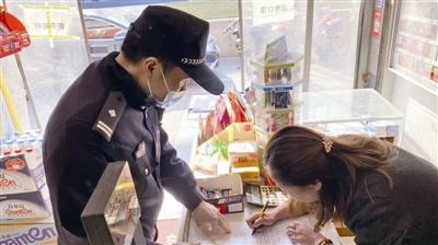 辖区民警与沿街商户签订烟花爆竹禁限放政策告知书。