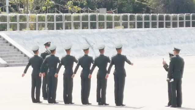 解放军驻港部队教授港警中式步操 现场多个纪律部队整齐列队