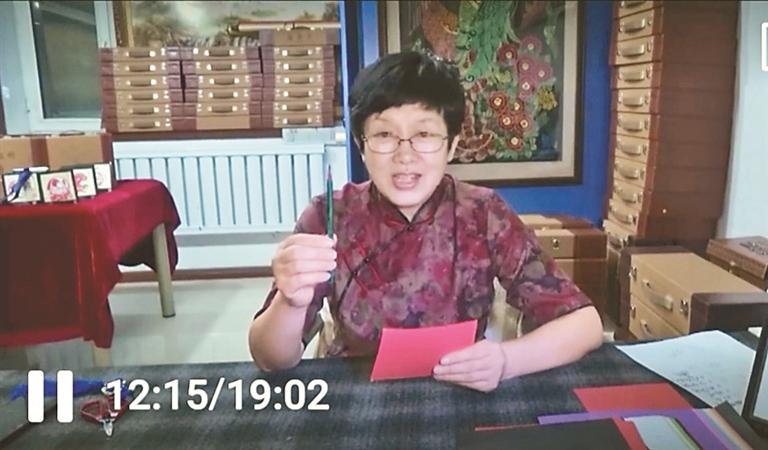 """黑龙江省民间文艺家协会理事傅清超""""线上""""示范剪纸""""绝活儿""""。"""