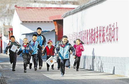 元古堆村的孩子们在整洁的街巷中玩耍