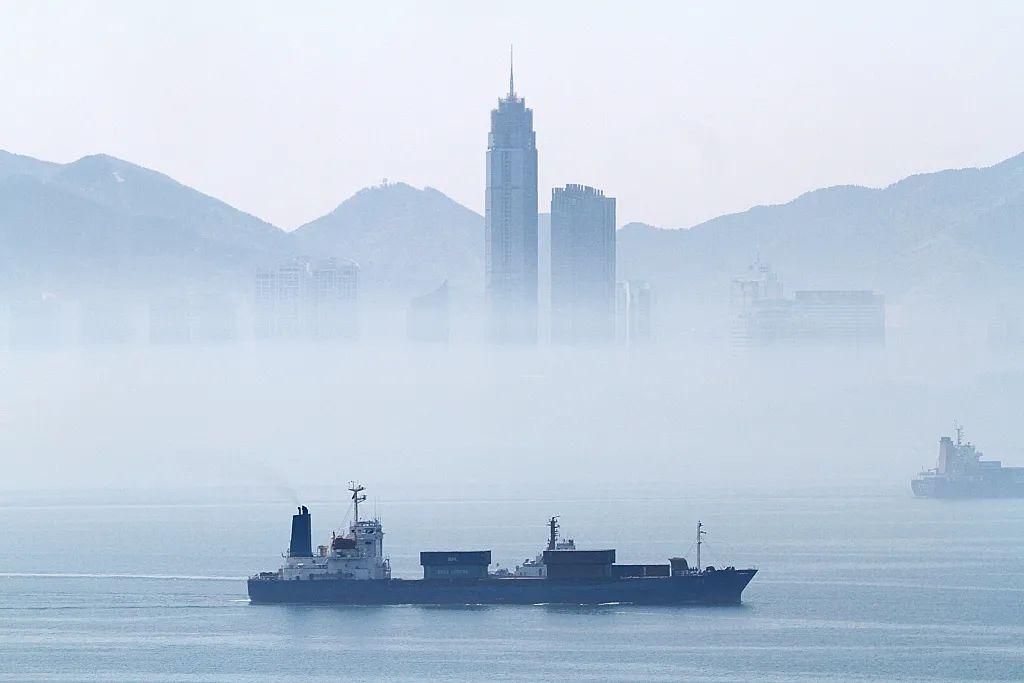 2015年04月30日,烟台出现平流雾,城市在雾海之中若隐若现