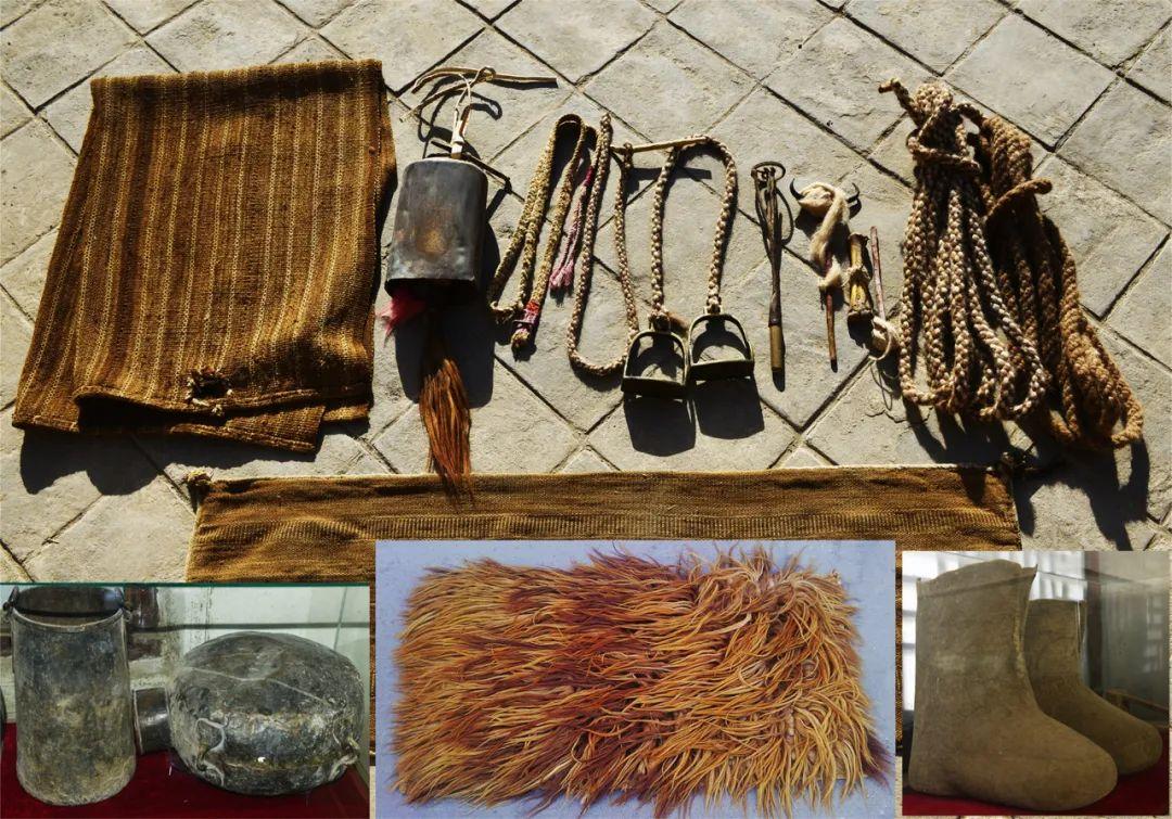 ▲ 图为骆驼客相关器具,从左上起依次是:驼毛口袋、驼铎、驼缰、脚蹬、烫钤、捻线杆、纺棰(也叫拨吊)、鼻棍子、驼毛绳、茶壶、水瘪子、栽毛褥子、毡靴。李军摄于2013年10月27日