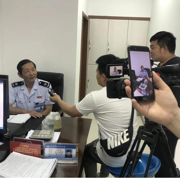 张金成接受媒体采访