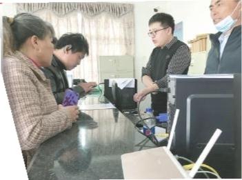 南城县里塔镇便民服务中心工作人员在教群众用手机缴纳社保费用。本报记者 蔡颖辉摄
