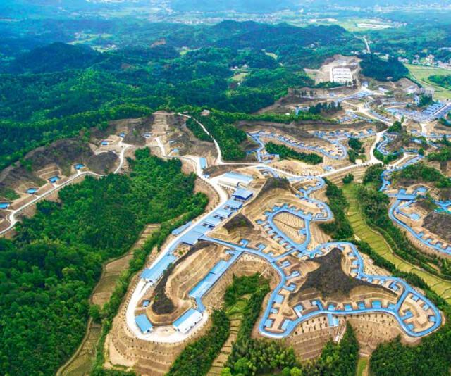(图为一家浏阳烟花工厂的厂房车间航拍图。遍布浏阳的丘陵地貌,为烟花生产提供了一个天然的阻隔环境。姚彦 摄)