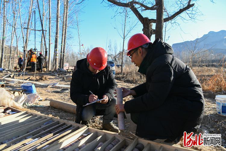 图为河北省地矿局水勘院技术人员在进行涉县茅岭底水库工程岩芯编录。