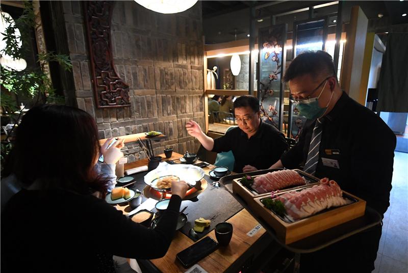 2月22日,顾客在石家庄市桥西区华润万象城一家餐厅内用餐。
