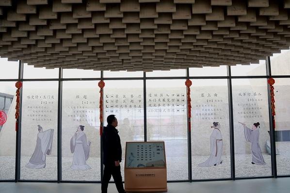 游客在玉门关游客服务中心参观诗词文化墙
