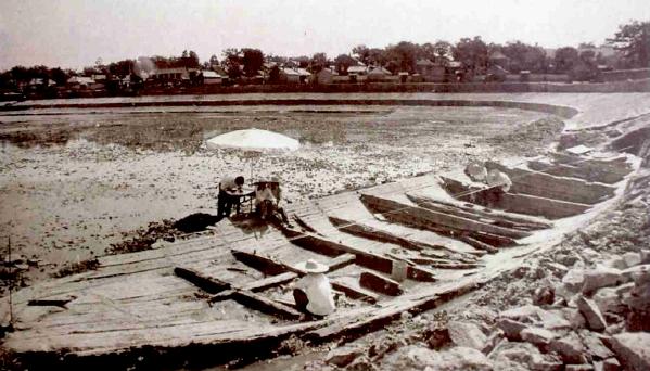 1984年,古港小海清淤时出土宋元古船、明代紫檀木舵杆