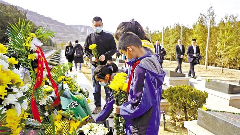 市民带着孩子为陈红军烈士献花
