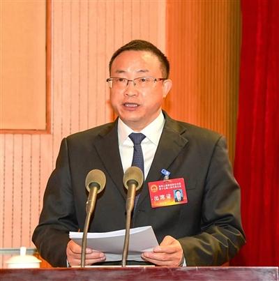 酉阳县委副书记、县人民政府县长李成群代表县人民政府向大会作政府工作报告。