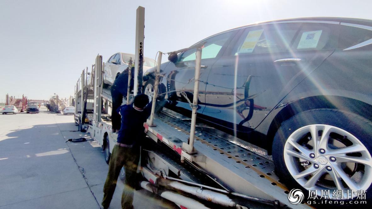 在兰州新区中川北站物流园,小汽车在这里完成集散分拨,装车发运。肖刚 摄