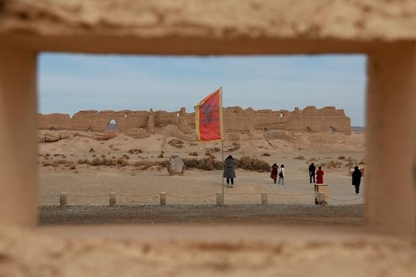 游客在大方盘城遗址参观