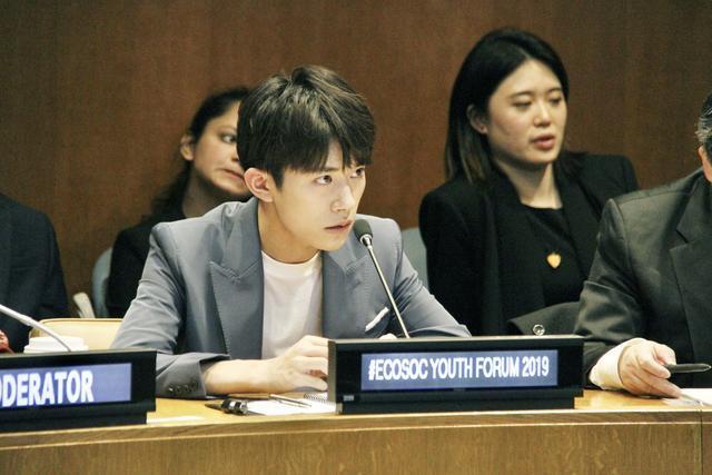 (在位于纽约的联合国总部,易烊千玺出席联合国经济与社会理事会青年论坛。新华社 谢锷 摄)