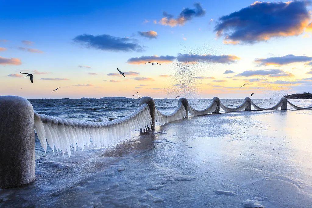 海边护链上挂冰结凌