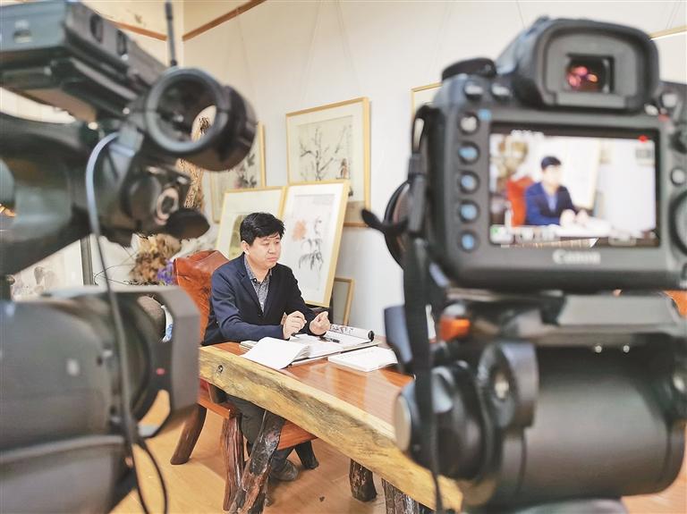 """黑龙江省美术家协会中国画艺委会主任王明正在录制""""云课堂""""课程。"""