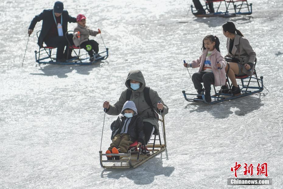 2月19日,山西大同,民众大同古城外的护城河天然冰场上滑冰车玩耍,享受冰上运动的乐趣。 中新社记者 武俊杰 摄