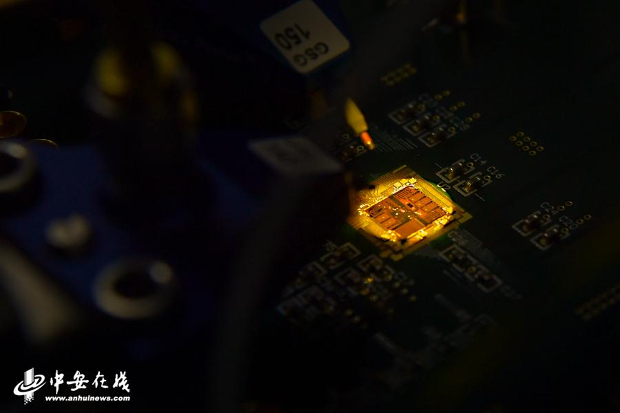 实验室内正在对芯片进行检测