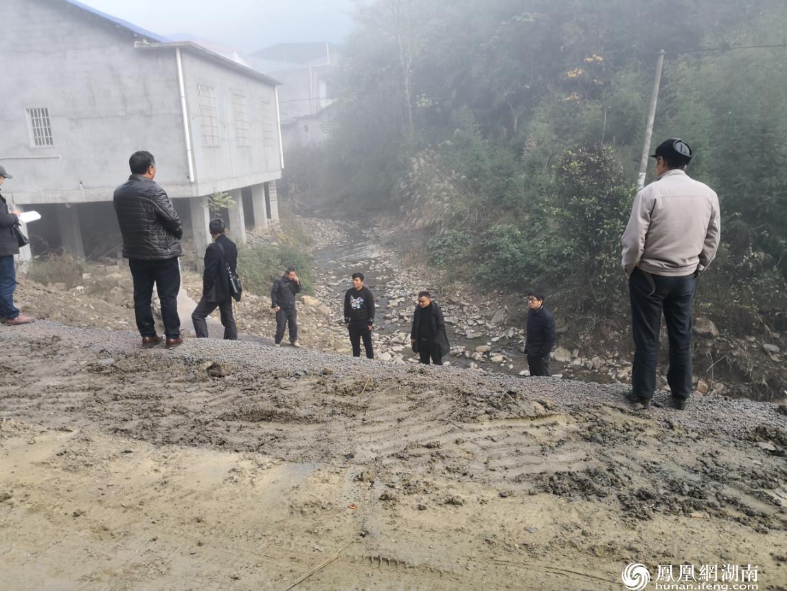 明珠村公路拓宽协调现场