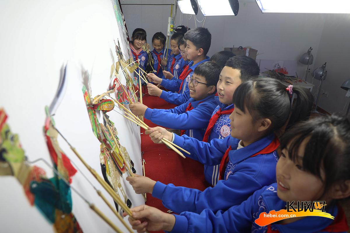 3月1日,丰润区李钊庄镇大漫港小学学生在表演皮影戏。朱大勇 摄