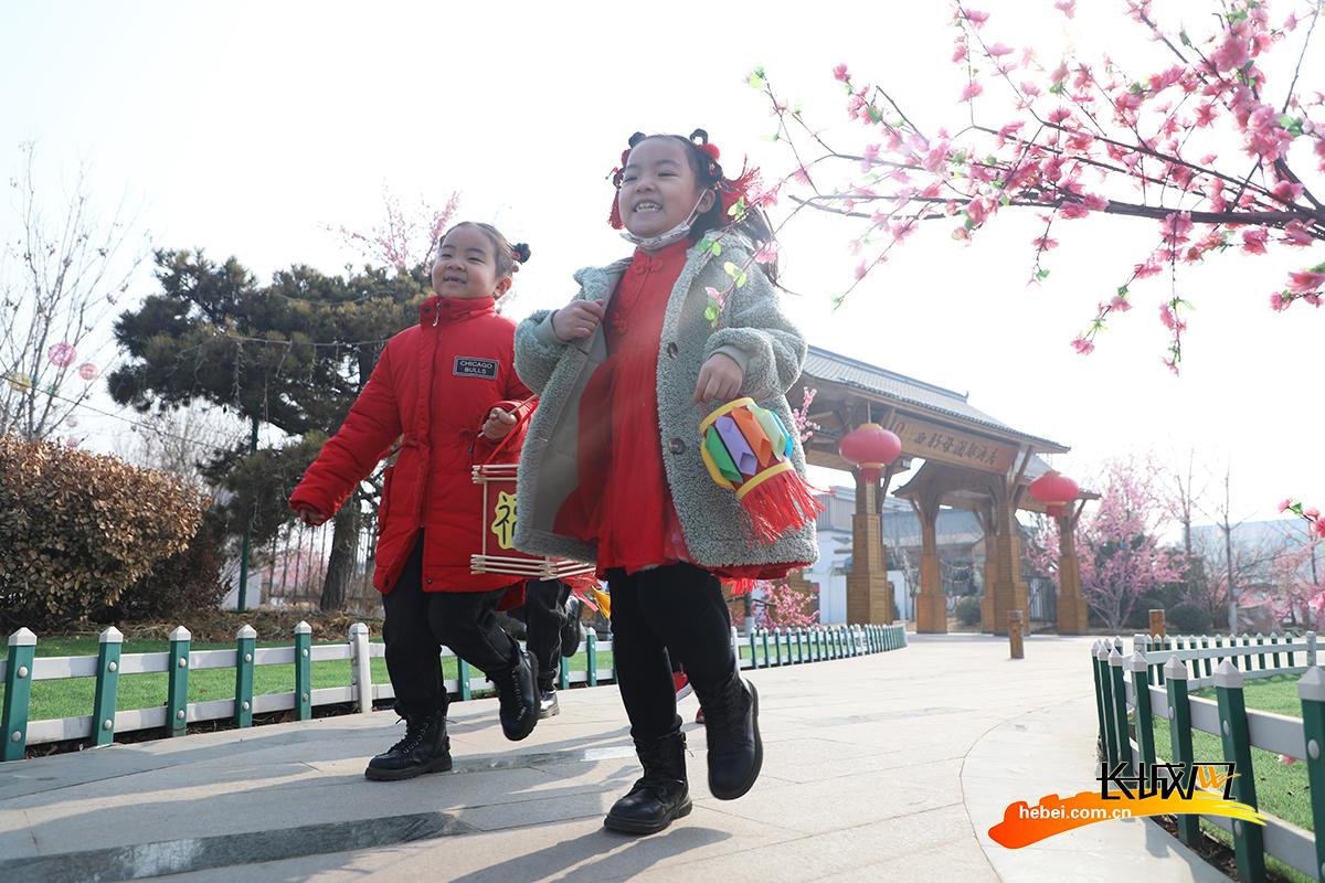 小朋友在丰润区西那母庄三村游玩。朱大勇 摄