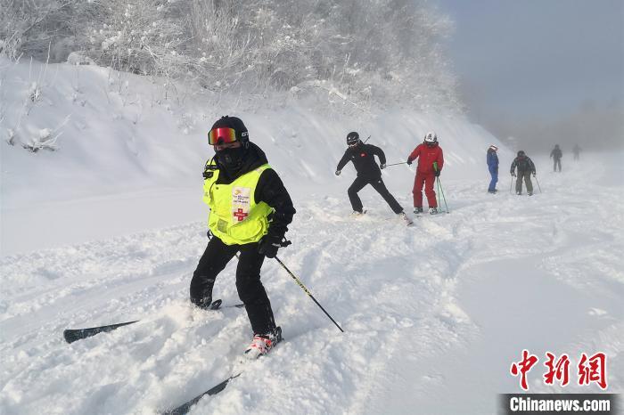 滑雪爱好者在雪道上享受松软雪质 王成 摄
