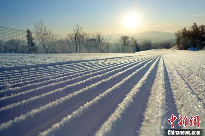 """压雪机在雪道上压出""""面条雪"""" 王成 摄"""