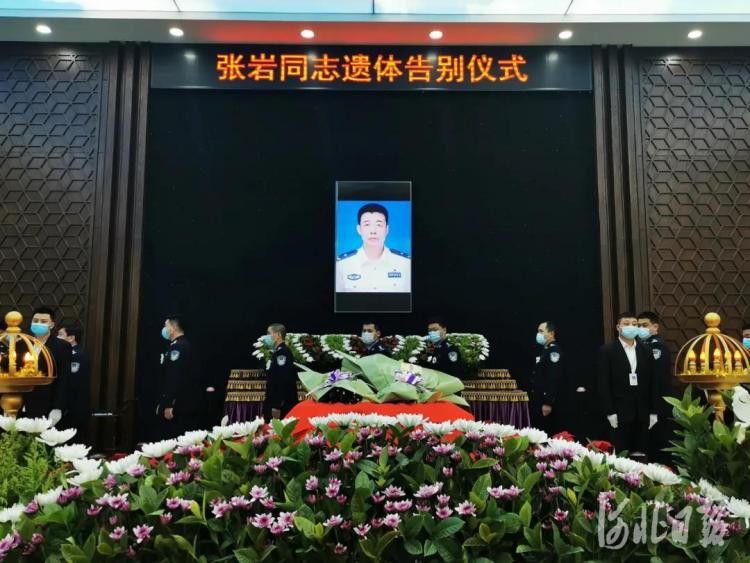 3月3日8时,张岩同志遗体告别仪式在秦皇岛市殡仪馆内举行。河北省公安厅供图