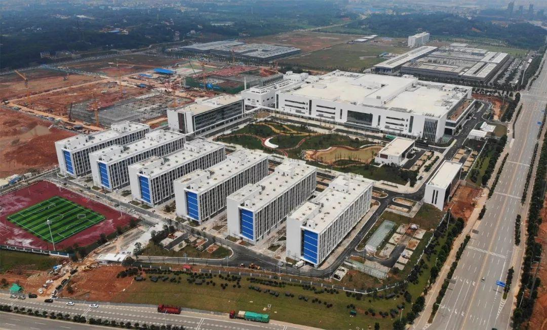 (位于望城经开区的长沙智能终端产业双创孵化基地项目,也是我省最大的电子类厂房工业园。)