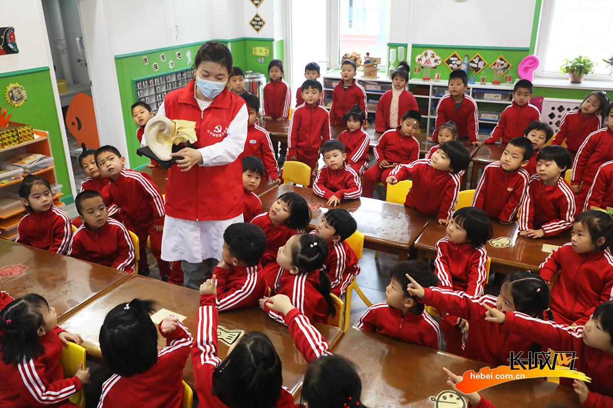 3月3日,在丰润区光华道幼儿园,老师利用耳朵构造模型向小朋友讲解爱耳护耳保健知识。朱大勇 摄