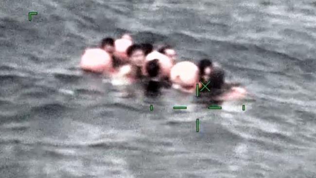 日媒:中国籍船只冲绳石垣岛北部倾覆,7人落水