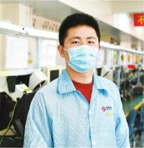 今年2月23日,高德红外智感科技制造部的副经理张航在生产车间。张航从江汉大学毕业后加入到高德红外,从一名普通技术员成长为生产车间管理者。长江日报记者高勇 摄