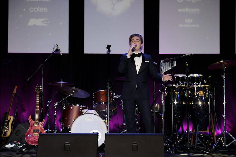 """澳大利亚著名歌手Harrison Craig在2018凤凰网""""美丽童行""""慈善晚宴墨尔本站表演"""