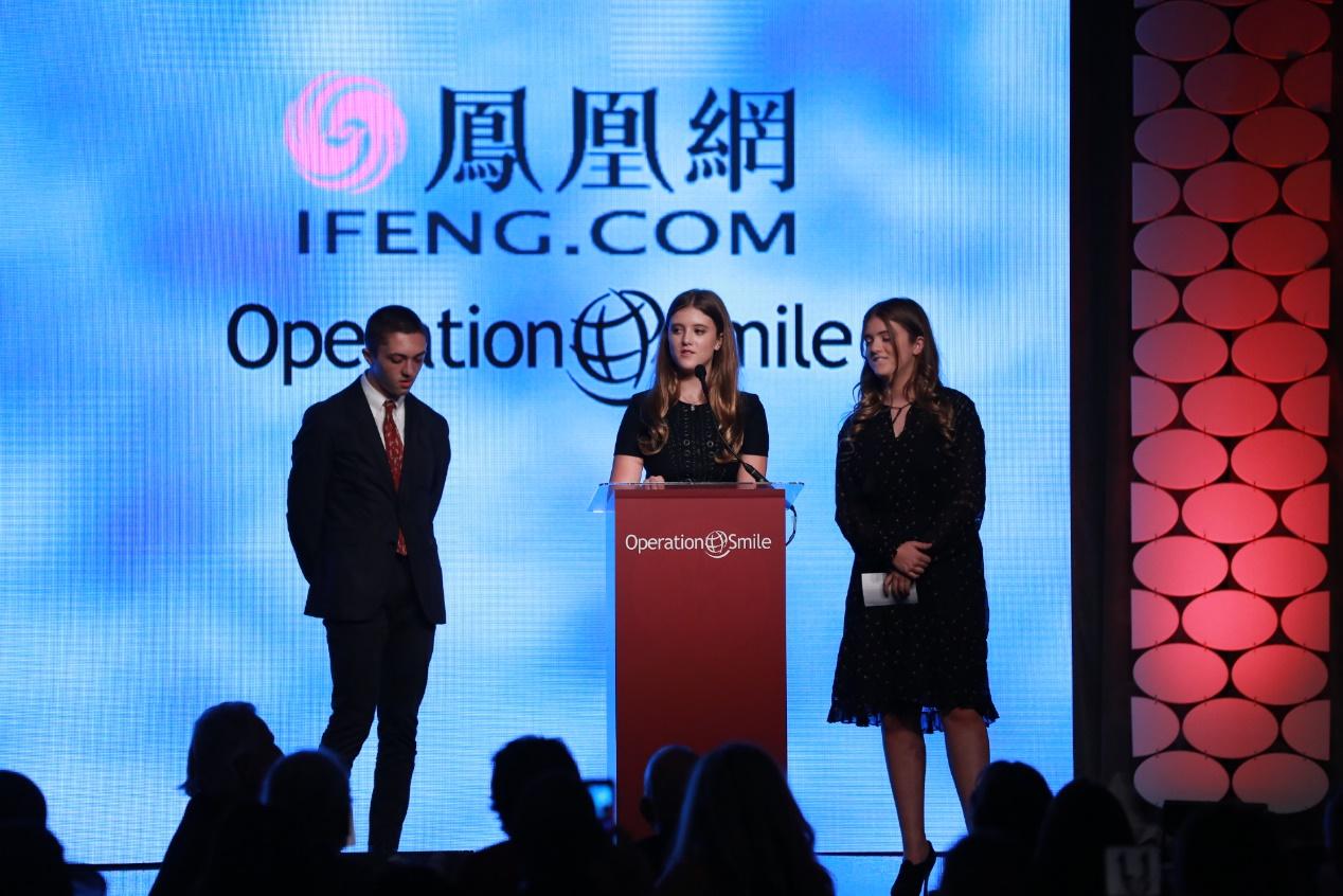 "NBC娱乐总裁Jennifer Salke的孩子Georgia Kate和Henry Salke在2016凤凰网""美丽童行""慈善晚宴洛杉矶站现场发言"