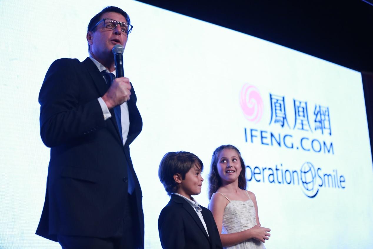 """主持人Brook Burke的两个孩子在2016凤凰网""""美丽童行""""慈善晚宴洛杉矶站现场爱心助拍"""