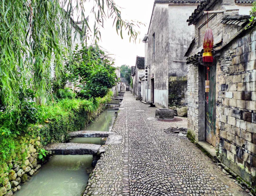△家家户户,门前屋后的八卦水系,古镇里的路更是由鹅卵石铺成的 / 图虫创意